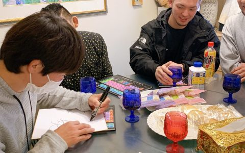 座談会⑤ 真剣にサインを書く森田選手。ここで新しいサインを考えていた模様
